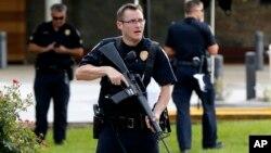 미국 남부 루이지애나 주 배턴 루지에서 17일 오전 경찰을 겨냥한 총격 사건이 발생해 경찰관 3 명이 숨지고 3 명이 다친 가운데, 부상자들이 입원한 병원 주변을 무장한 경찰들이 지키고 있다.