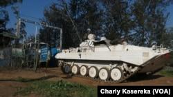 La force de la Monusco ravitaille les forces congolaises à Nyamilima, en RDC, le 2 juin 2017. (VOA/Charly Kasereka)