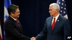 El vicepresidente Mike Pence, derecha, ha participado de reuniones bilaterales con el presidente de Honduras, Juan Orlando Hernández, así como con otros líderes de países del Triángulo del Norte para discutir sobre el tema migratorio y recursos para los centroamericanos.