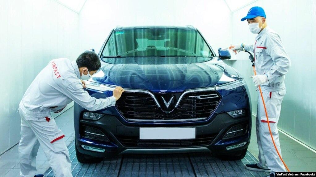 Các công nhân tại một xưởng lắp ráp của VinFast ở Việt Nam. Hãng sản xuất ô tô nội địa đầu tiên của Việt Nam cho biết đã mở chi nhánh tại Bắc Mỹ và châu Âu hôm 12/7.