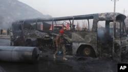 تصویر حمله بر موتر حامل منسوبین اردوی ملی