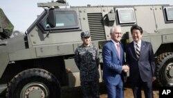 特恩布林 2018年1月18日訪日會見安倍澳制軍車前握手(美聯社)