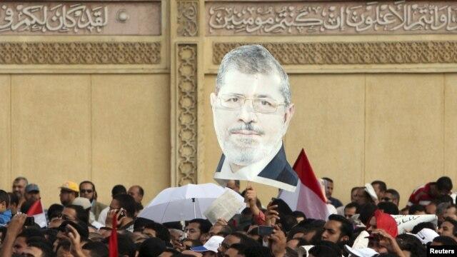 Magoya bayan shuga Morsi suke zanga zanga da kirari yayinda suke maci.