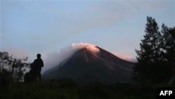 Ðợt phun trào mới đã phun những cột tro nóng và đá cao tới 5km vào không trung