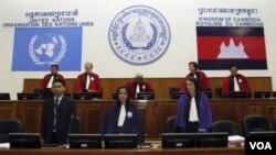 Para hakim dalam Mahkamah yang mengadili kejahatan Perang Khmer Merah di pinggiran Phnom Penh (foto: dok).
