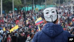 Un hombre usando una máscara de Guy Fawkes en la nuca se une a protestas contra el gobierno del presidente Lenín Moreno en Quito, Ecuador, el martes 8 de octubre de 2019. (AP Foto/Fernando Vergara).