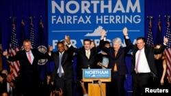 Demokratski kanditat za guvernera Virdžinije Ralf Nortam slavi pobedu u svom izbornom štabu