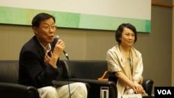 马立诚在香港书展的讲座中解读两地文化差异的根源 (美国之音谭嘉琪拍摄)
