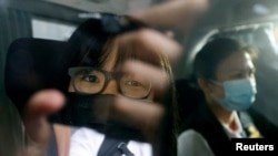 香港支联会副主席邹幸彤2021年9月8日在警方的押送下乘车离开(路透社)