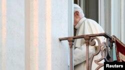 Benedicto XVI regresa a sus habitaciones luego de despedirse por última vez de una multitud que le saludó en Castel Gandolfo.