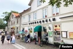 Suasana di sekitar toko buku di kota kecil pantai timur Trosa, Swedia 11 Agustus 2021. (REUTERS/Anna Ringstrom)
