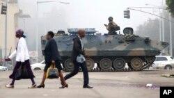 Una tanqueta del ejército patrulla una calle en Harare, la capital de Zimbabue, controlada desde este miércoles por los militares.