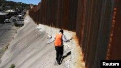 Investigadores inspeccionan la frontera con México. Algunos trabajos de rutina podrían ser recortados debido a los recortes del presupuesto.