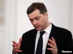 Vladislav Surkov müşavir kimi Putin hakimiyyətinin ən erkən vaxtlarından Rusiya prezidentinə yaxın olub.