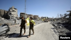 17일 시리아 민주군이 이슬람 수니파 무장조직 IS로부터 탈환한 락까 지역을 순찰하고 있다.