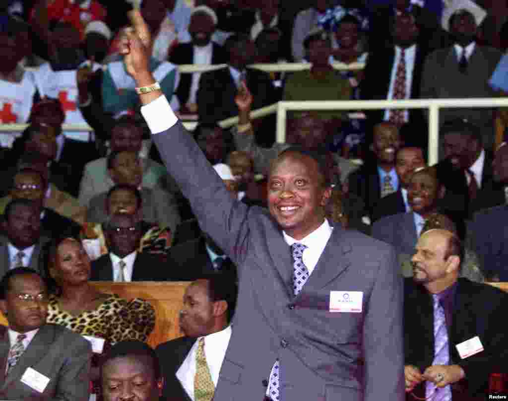 Uhuru Kenyatta akiwapungua mkono wafuasi wake kwenye mkutano wa KANU ulomuidhinisha kuwa mgombea kiti wa chama 2002