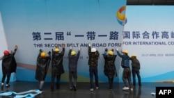 在第二届一带一路国际合作高峰论坛闭幕后,中国工人拆掉宣传板。(2019年4月27日)