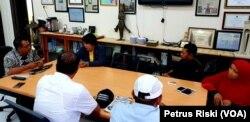 Diskusi para aktivis dan pegiat sosial bersama Sekretaris Dinas Kebudayaan dan Pariwisata Kabupaten Banyuwangi, terkait fenomena pekerja seks anak di daerah pariwisata (Foto:VOA/ Petrus Riski).