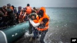 지난 1월 터키에서 에게해를 건너 그리스 레스보스 섬에 도착한 난민들이 구조대의 도움을 받아 보트에서 내리고 있다. (자료사진)