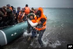 Ege dənizi vasitəsilə Türkiyədən Yunanıstana keçməyə çalışan qaçqınlar