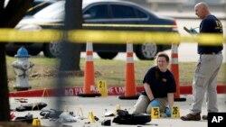 Nhân viên điều tra của FBI tại hiện trường vụ xả súng bên ngoài Trung tâm Culwell Curtis ở Garland, Texas, ngày 4/5/2015.