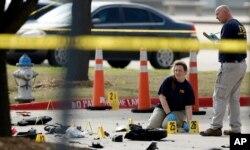 美联邦调查局探员在侦查德克萨斯州加兰德市的枪击现场 (2015年5月4日)