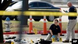 美联邦调查局一名探员在侦查德克萨斯州加兰德市的枪击现场 (2015年5月4日)