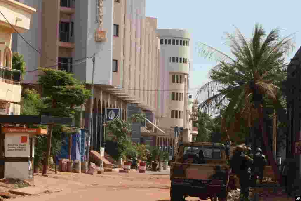 A rua do hotel que foi tomado de assalto nesta manhã de 20 de Novembro, na capital maliana, Bamako. O grupo extremista responsável pelo ataque fez 170 reféns