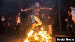 در روزهای اخیر برخی چهره های مشهور از جوانان خواسته اند بجای ترقه بازی، از روی آتش بپرند.
