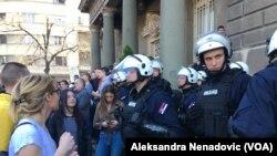 Pirpadnici policijske brigade ispred zgrade Predsedništva Srbije, Foto: VOA
