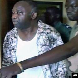 电视画面显示被捕后的巴博