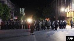 Polisi Myanmar menjaga ketat jalanan kota Mandalay, Myanmar pasca kerusuhan sektarian (2/7).