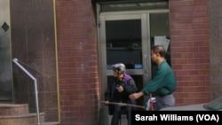 纽约曼哈顿华埠的街头艺人(美国之音威廉姆斯拍摄)