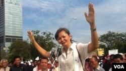 Bà Mu Sochua, một nhà lãnh đạo đối lập, nói chuyện với các ủng hộ viên tại một buổi mít tinh ở Phnom Penh