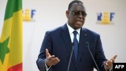 Le président sénégalais Macky Sall fait un geste en s'adressant à la réunion d'été de l'association patronale MEDEF au complexe hippique de Longchamp, à Paris le 27 août 2020.
