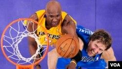 Pemain LA Lakers Lamar Odom, kiri, dan Dirk Nowitzki dari Dallas Mavericks memperebutkan bola di game 1 seri playoff NBA hari Senin (2/5). Mavericks sementara unggul 2-0 atas Lakers.