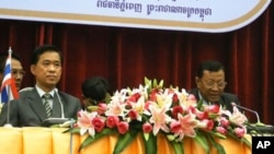 Worapong Sanganetra, left, head of Thailand's side of the working group, sit along with Neang Phat, right, a military general and chairman for Cambodia.