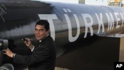 Turkmen President Gurbanguly Berdymukhamedov signs the East-West gas pipeline in Shatlyk, Turkmenistan. (File)