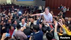 香港议员就逃犯条例修订案5月11日在立法会发生冲突 - 路透社