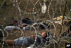 阿富汗难民在塞尔维亚和匈牙利之间的铁丝网附近睡觉(2015年9月17日)