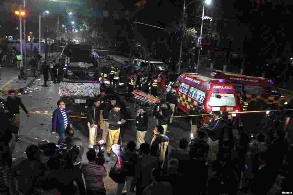 پاکستان کے صوبہ پنجاب کے دارالحکومت لاہور میں مال روڈ پر پیر کی شام ایک دھماکے میں دو سینیئر پولیس افسران سمیت 13 افراد ہلاک اور درجنوں زخمی ہوئے۔