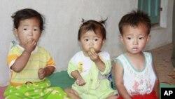 朝鲜当局分发给记者的朝鲜幼儿园儿童吃食物的照片