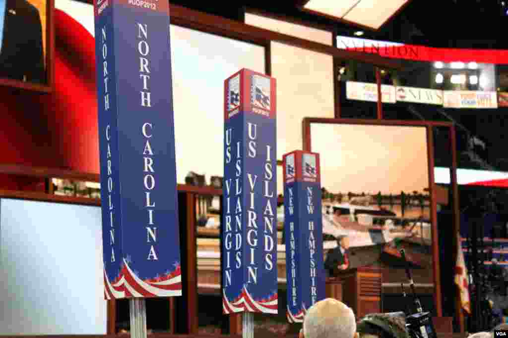 Signs for different states' delegations on the floor of the RNC. (B. Allen/VOA)