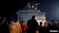 Nhiều người đứng xem chiếc du thuyền Carnival Triumph được kéo vào bến Mobile, Alabama, 14/2/13