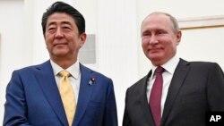 PM Jepang Shinzo Abe (kiri) dan Presiden Rusia Vladimir Putin dalam pertemuan di Kremlin, Rusia 22 Januari 2019.