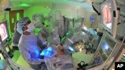 Operasi kanker prostat di pusat medis University of Chicago.