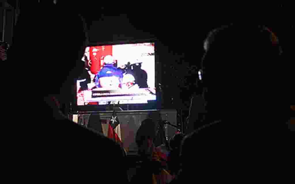 Una gigantesca pantalla fue instalada frente a la Embajada de Chile, en Washington, desde donde se apreciaban las imágenes en directo del rescate de los 33 mineros atrapados en Chile.