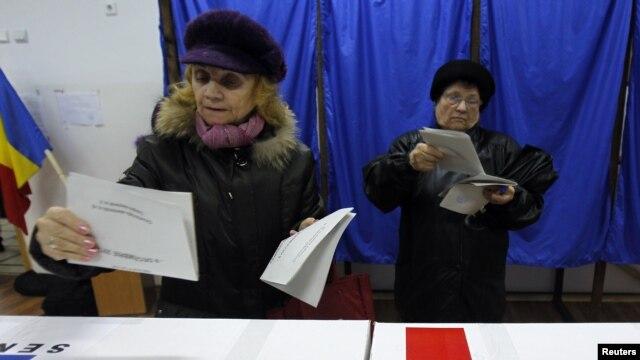 Hai phụ nữ chuẩn bị bỏ phiếu tại một trạm bỏ phiếu trong cuộc bầu cử quốc hội ở Bucharest, ngày 9/12/2012.