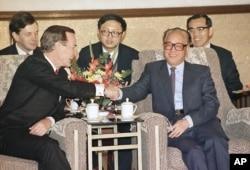 1989年2月26日,美国总统乔治·H·W·布什和中共总书记兼国务院总理赵紫阳在北京人民大会堂举行会谈时握手。