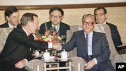 美国总统乔治·布什和中国总理兼中共总书记赵紫阳在北京人民大会堂举行会谈时握手。(1989年2月26日)